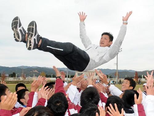 就任8年目で初の全国切符をつかんだ田村・佐藤監督は選手たちに胴上げされる