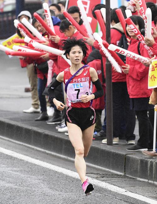 トップで力走する日本郵政グループの鈴木亜由子(代表撮影)