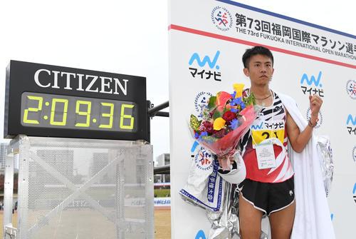 2時間9分36秒で日本人トップの藤本拓はガッツポーズ(撮影・今浪浩三)