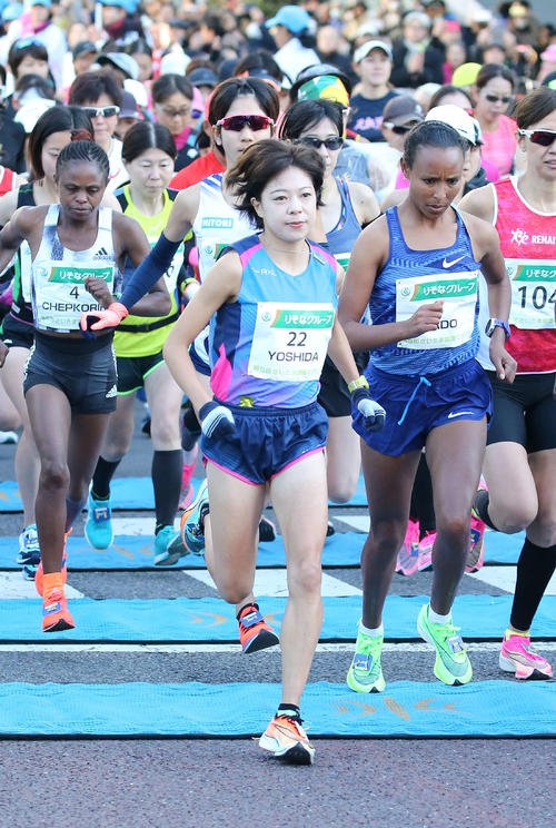 Players from Kaori Yoshida [center] and other representative challengers starting together [photographed by Takumi Kono]