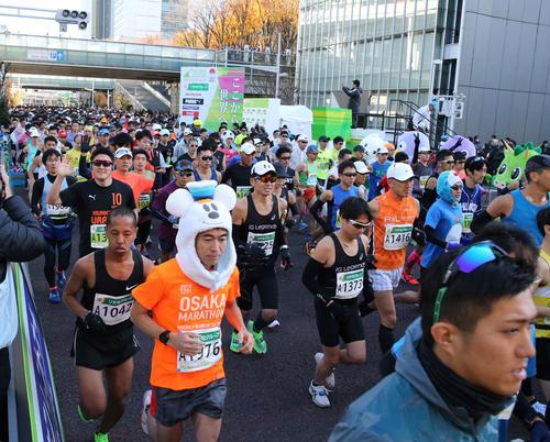 いっせいにスタートするフルマラソン一般の部の参加者たち(撮影・河野匠)