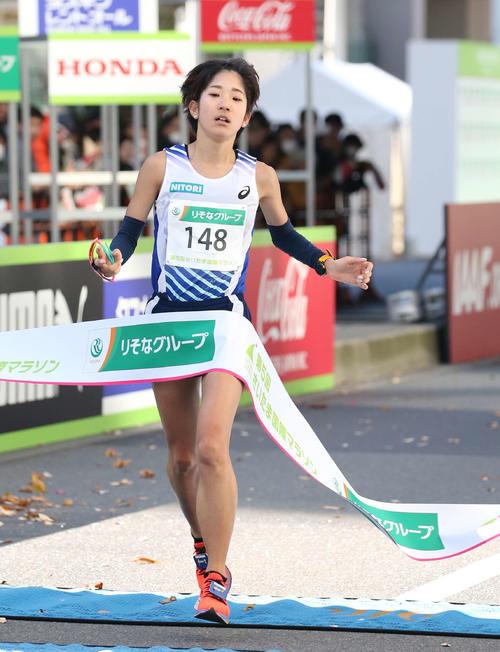日本人2位となる7位でゴールテープを切る吉田香澄(撮影・河野匠)
