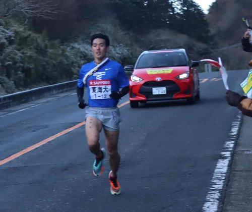 復路6区 芦ノ湯を3位で通過する東海大・館沢(撮影・横山元保)