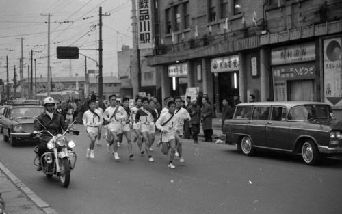往路1区 品川駅前を通過するトップ集団