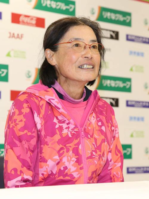 60歳以上の世界記録を更新する2時間56分54秒でゴールした弓削田さんは笑顔で取材に応じる(撮影・河野匠)