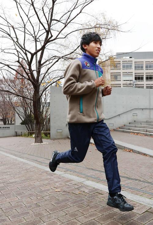 学校前で軽くアップをする国学院大・浦野(撮影・丹羽敏通)