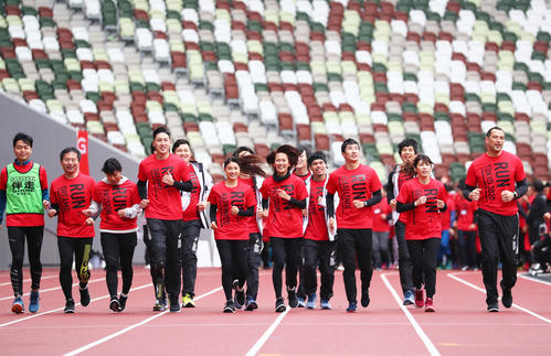 Guest runners running on the track of the new National Stadium [photographed by Masashi Adachi]