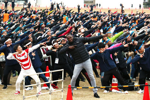 """Mr. Bolt who set Guinness World Record by performing """"Lightning Bolt Pause"""" with 2682 people [photographed by Masashi Adachi]"""