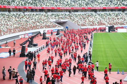 General runners running on the new National Stadium track [photo by Masafumi Adachi]