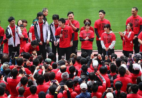 Kiryu [Chuo] and other guest runners [photographed by Masafumi Adachi] running on a track at the new National Stadium and talking about their impressions with a smile