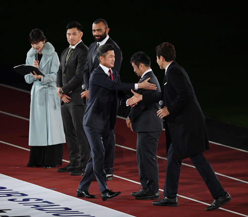 Kaz, who appears at the opening event and passes a handshake in a different direction through Shuzo Matsuoka [right] [front of the center] [Midori Suzuki]