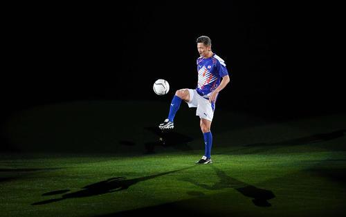 Kazu lifting on the pitch [photo by Midori Suzuki]