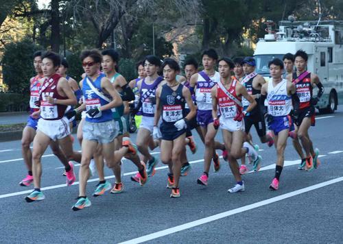 1区帝国ホテル前を集団で通過する選手たち(撮影・横山元保)