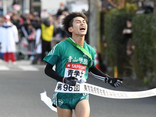 1位でゴールに飛び込む青学大5区飯田(撮影・山崎安昭)