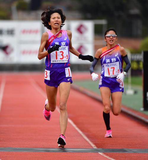 2時間16分36秒の3位でゴールする東京アンカー新谷仁美(左)、右は4位長野アンカー細田あい(撮影・清水貴仁)