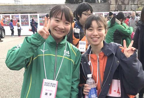 浜松北浜中の1年先輩で宮城2区を走った米沢(左)と記念写真に納まる杉森