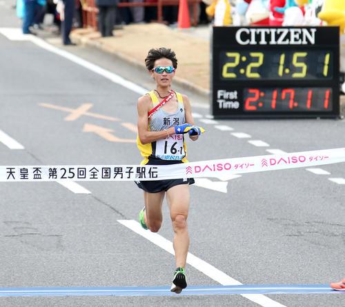 2時間21分53秒の35位でゴールする新潟県アンカーの牧(撮影・上山淳一)