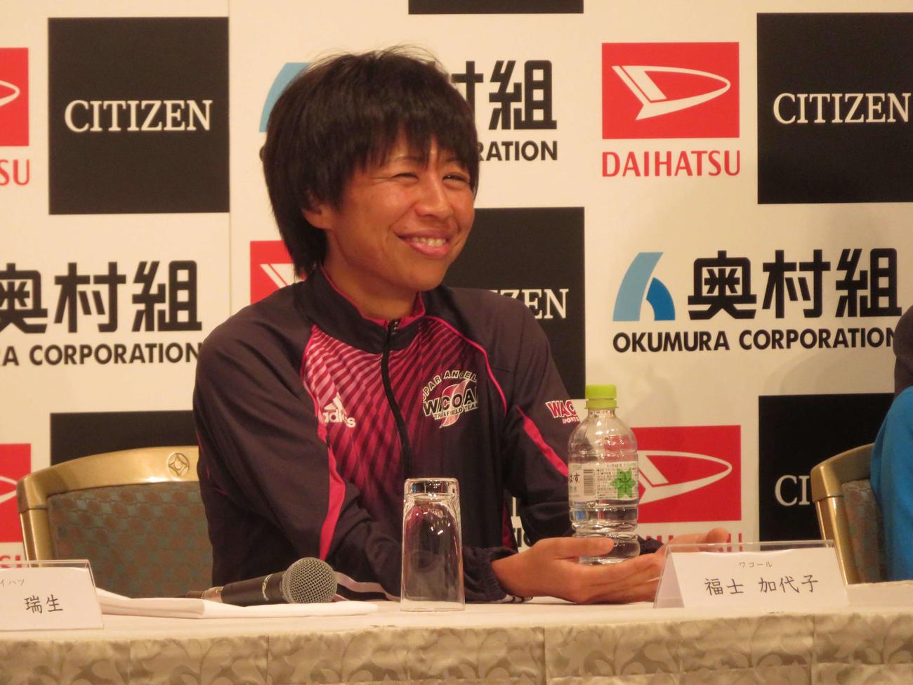 大阪国際女子マラソンの会見で笑顔を見せる福士(撮影・上田悠太)