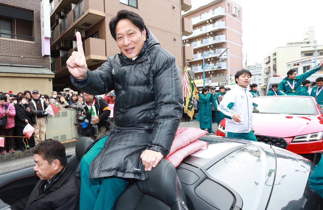 優勝パレードで「1番」ポーズをする青学大陸上部の原監督(撮影・中島郁夫)