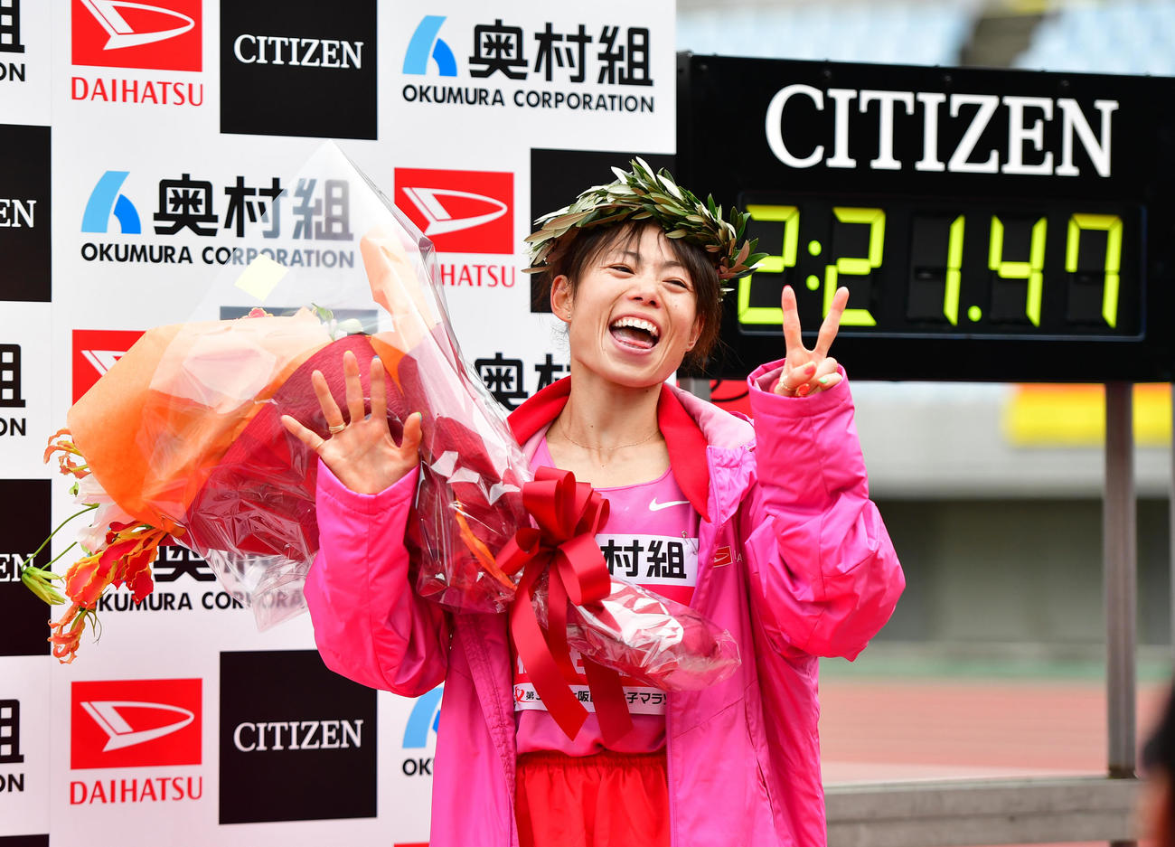 大阪国際女子マラソン 2時間21分47秒で優勝し笑顔を見せる松田瑞生(撮影・清水貴仁)