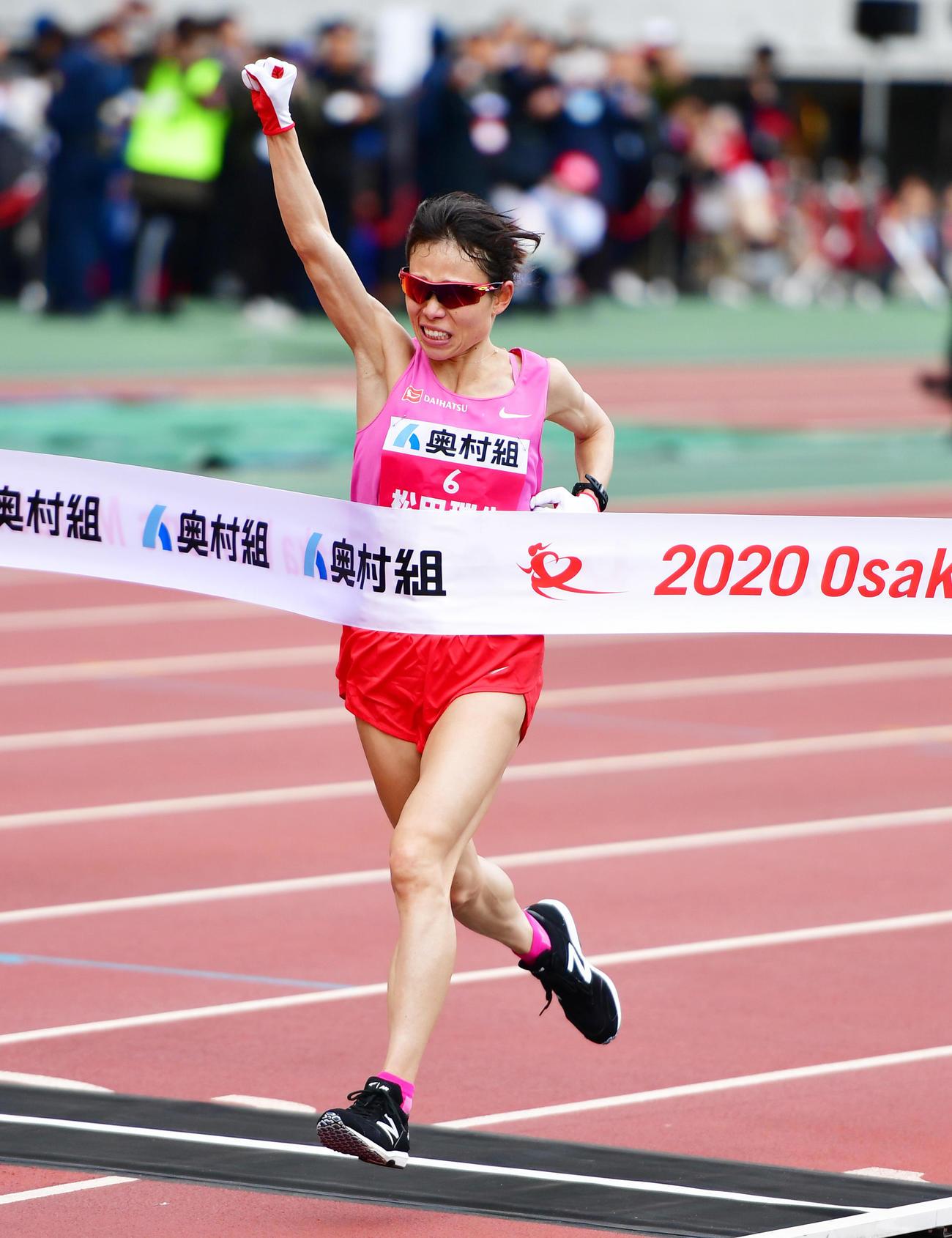 大阪国際女子マラソン 2時間21分47秒でゴールし優勝した松田瑞生(撮影・清水貴仁)