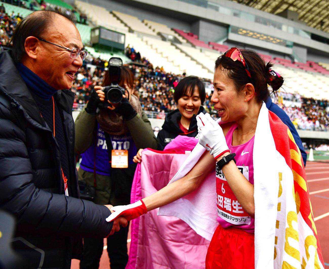 2時間21分47秒で優勝し三村仁司氏(左)と握手を交わす松田瑞生(撮影・清水貴仁)