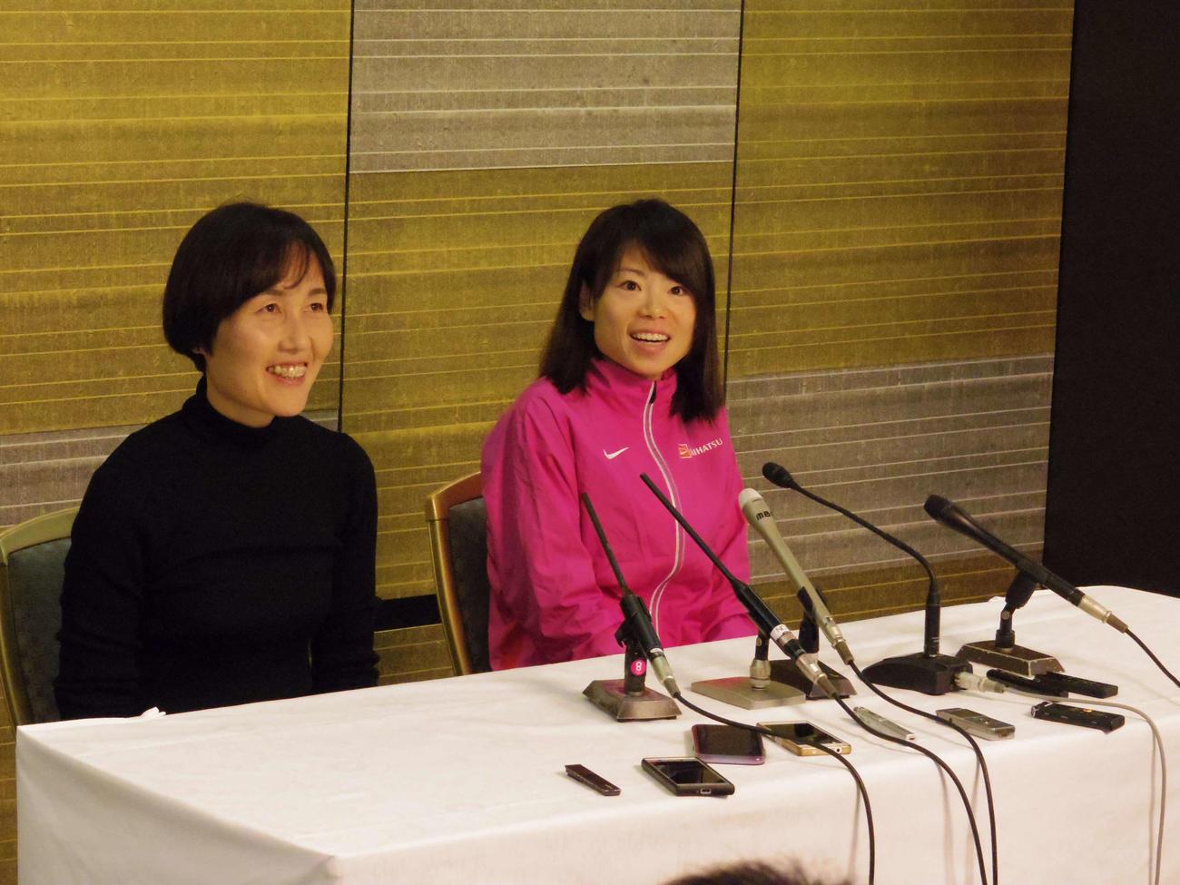 一夜明け会見で笑顔を見せる松田(右)と山中監督