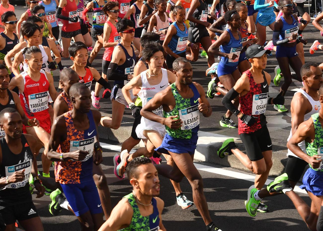 東京マラソンをスタートをする。右中央から大迫傑(黒い帽子)、設楽悠太(白いシャッツ)、その後方は井上大仁(撮影・柴田隆二)