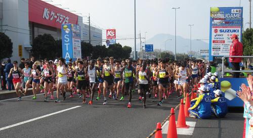 丸亀国際ハーフマラソンのスタート。左から3人目が一山、同4人目が設楽悠(撮影・益田一弘)