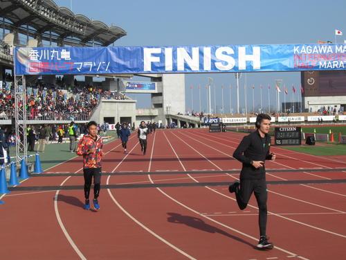 丸亀国際ハーフマラソンを前にアップする選手たち(撮影・益田一弘)