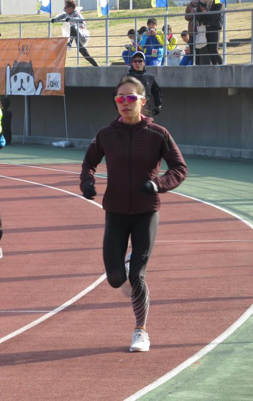丸亀国際ハーフマラソンを前にアップする一山(撮影・益田一弘)