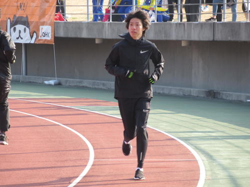 丸亀国際ハーフマラソンを前にアップする設楽悠太(撮影・益田一弘)