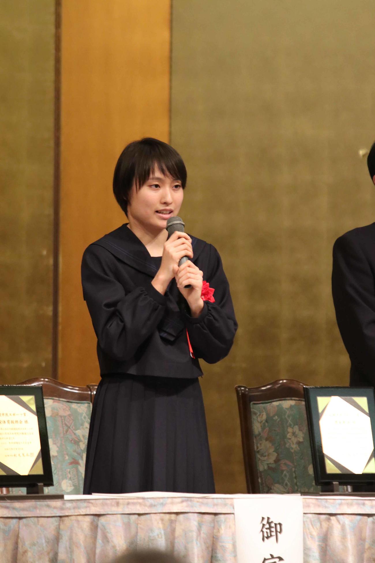 札幌市民スポーツ賞贈呈式であいさつをする御家瀬(撮影・西塚祐司)