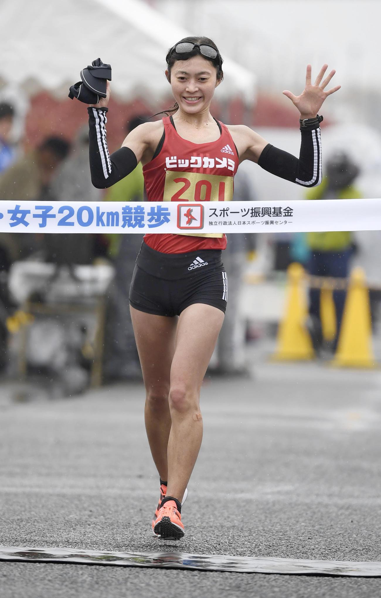 女子20キロで6連覇を果たし、東京五輪代表に内定した岡田久美子(共同)