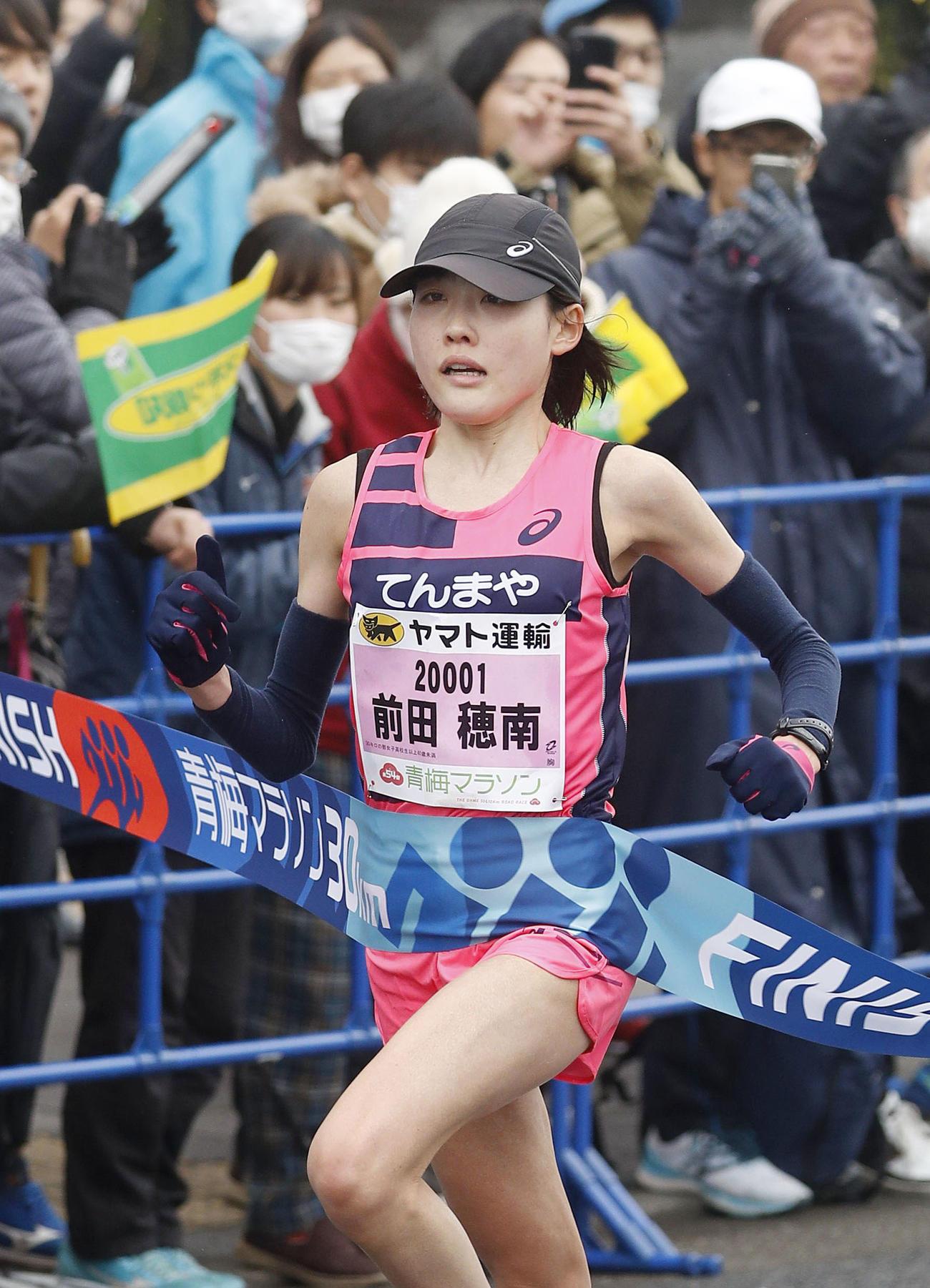30キロの部の女子で、1時間38分35秒の日本新記録をマークして優勝した前田(共同)