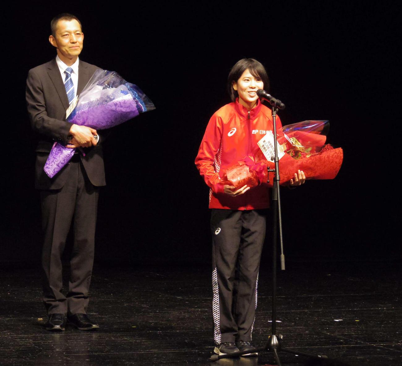 出身地の愛知県豊橋市で行われた壮行会で、スピーチを行う東京五輪マラソン女子日本代表の鈴木(右)(撮影・奥岡幹浩)