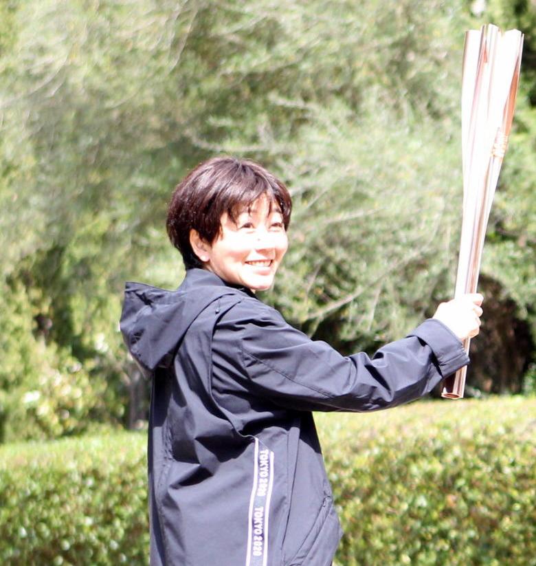 採火式リハーサルで聖火リレー第1走者からのトーチキスを練習する野口みずき氏(撮影・三須一紀)