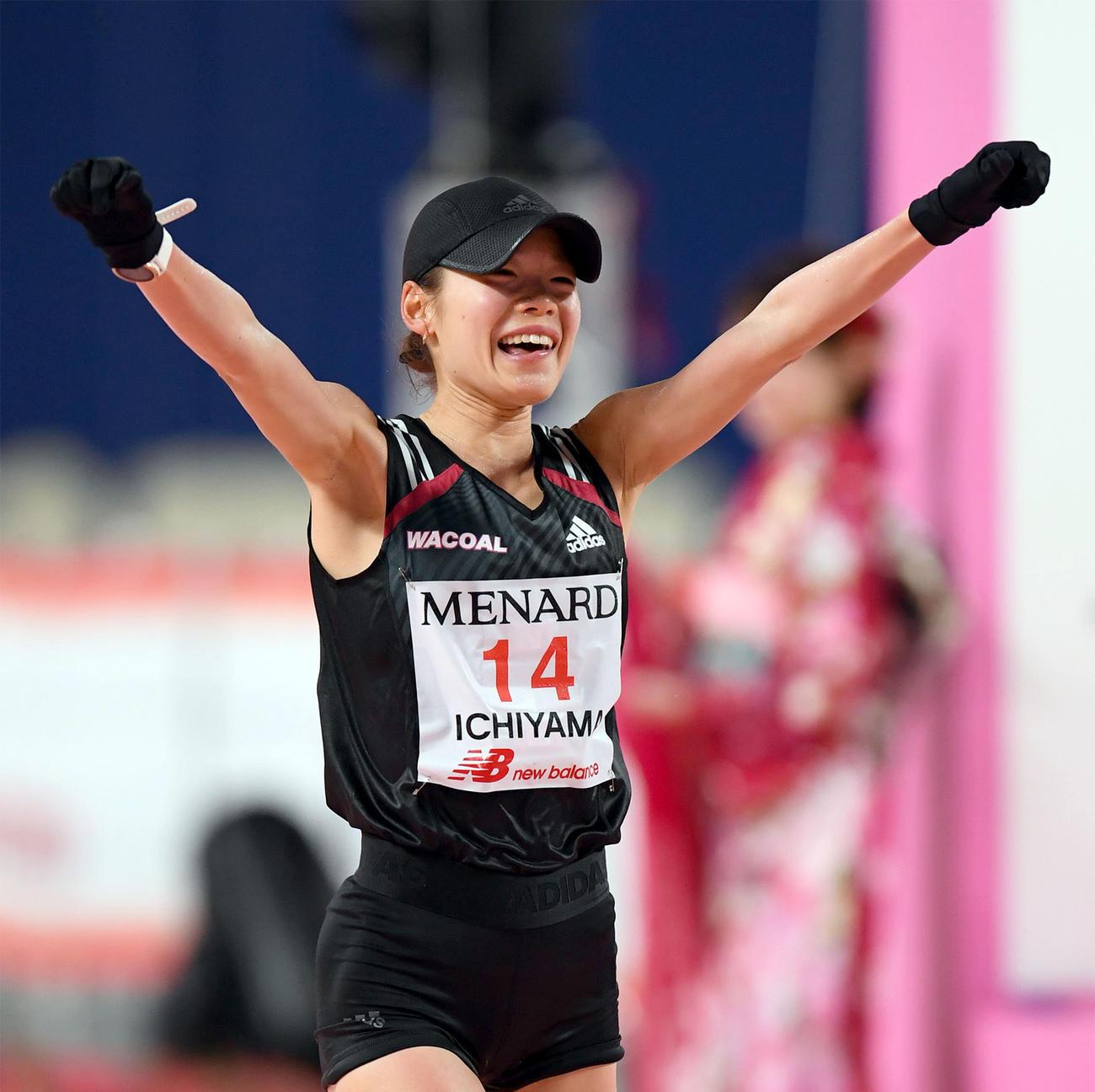 名古屋ウィメンズマラソン、ガッツポーズでゴールする一山麻緒(2020年3月8日撮影)