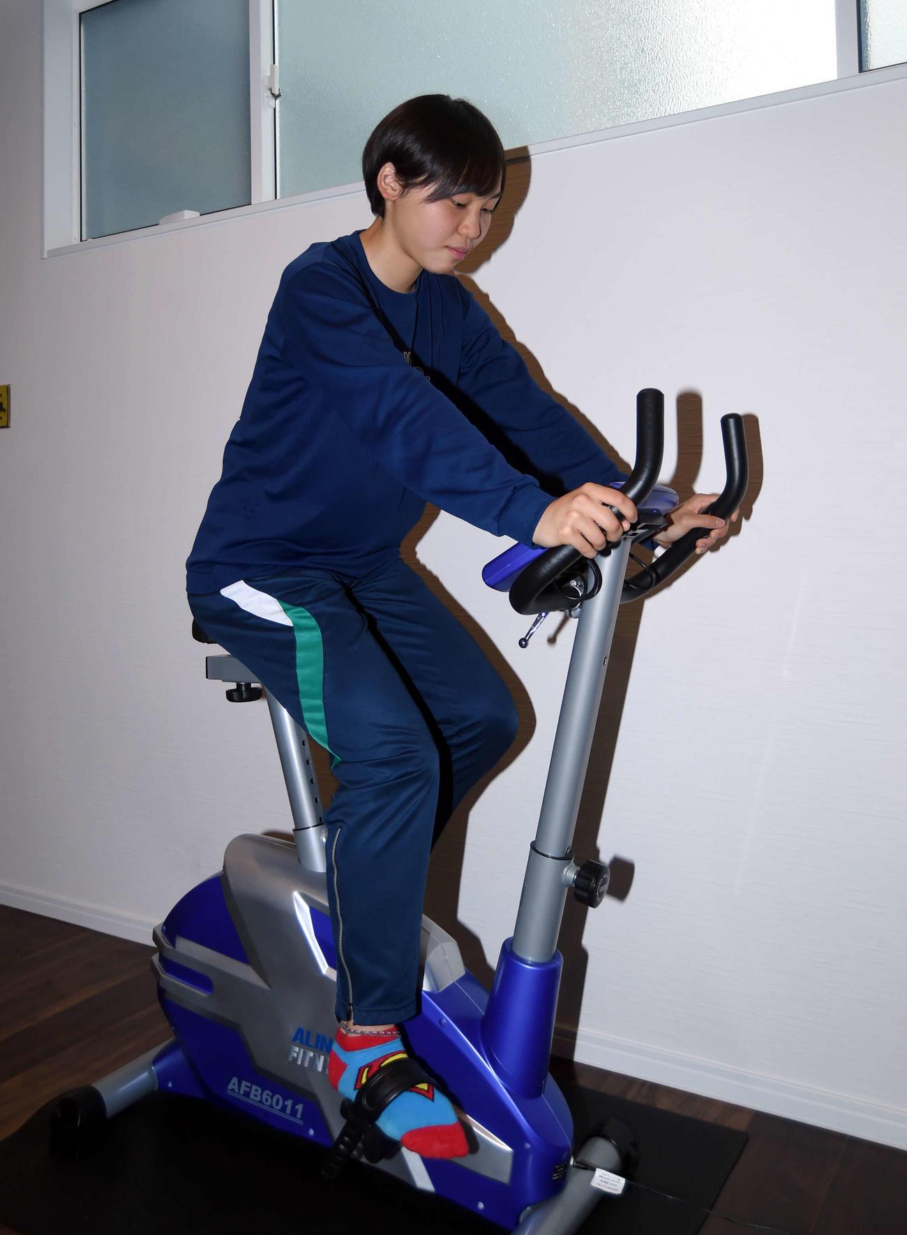 バイクをこいで体力強化を図る常盤木学園・竹内