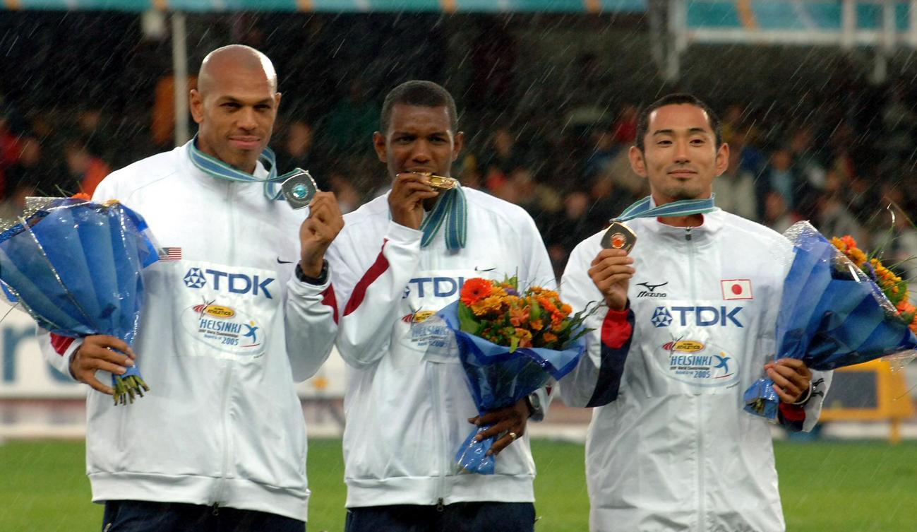 世界陸上ヘルシンキ大会 男子400メートル障害で銅メダルの為末大(右)。左へ金メダルのバーショーン・ジャクソン、銀メダルのジェームス・カーター(2005年8月10日撮影)