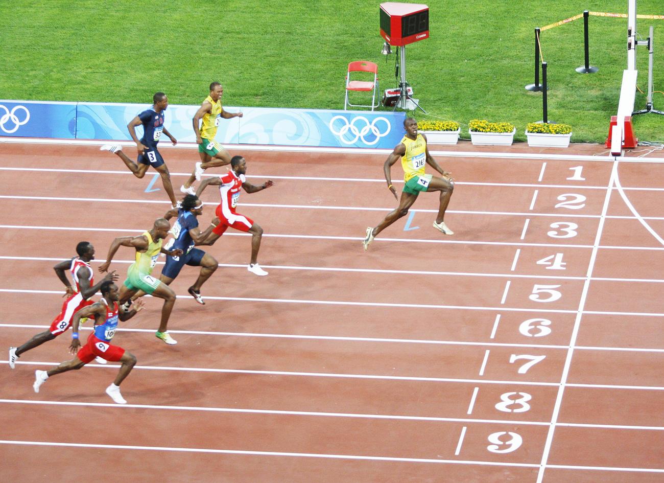 08年8月、北京五輪の男子100メートル決勝でジャマイカのボルト(右端)は横を向く余裕のパフォーマンスで優勝する(ロイター)