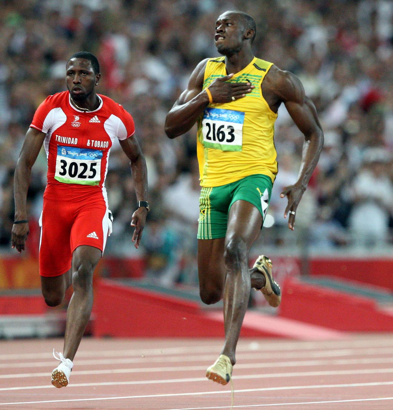 08年8月、北京五輪陸上男子100メートル決勝、9秒69の世界新記録でゴールするウサイン・ボルト(右)
