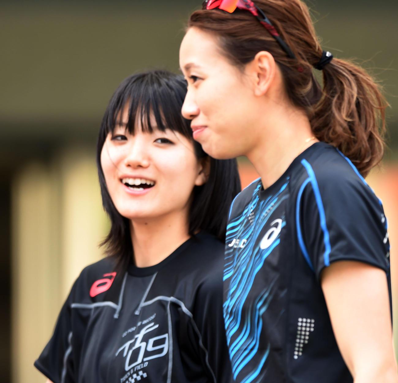 時折笑顔を見せながらリラックスした表情で練習に取り組む福島(右)。左は土井(撮影・横山健太)