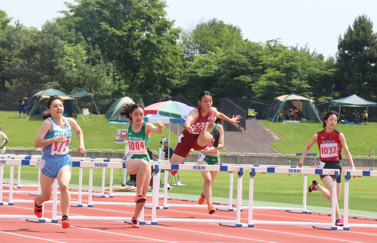 今季初の競技会となった道北記録会で懸命に走る女子100メートル障害の出場者(撮影・浅水友輝)