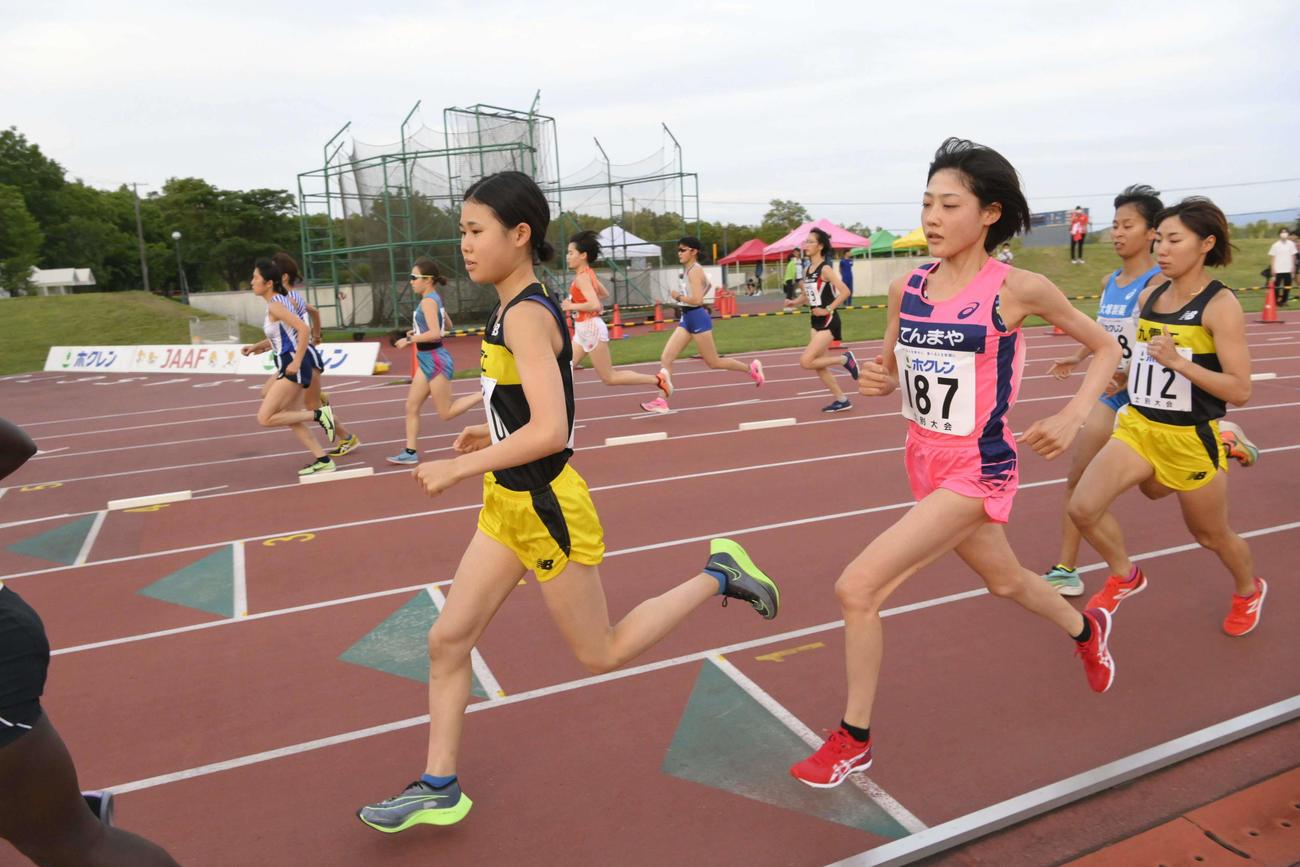 女子5000メートルA組 2段階スタートで力走する前田穂南(187)(代表撮影)