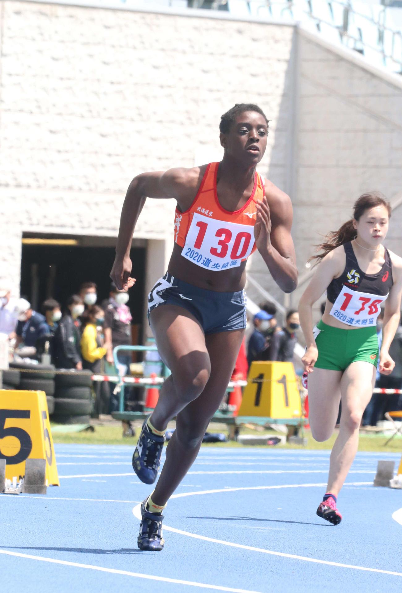 今季初戦の女子400メートルで全体トップの56秒88を記録した北海道栄のアシィ(撮影・浅水友輝)