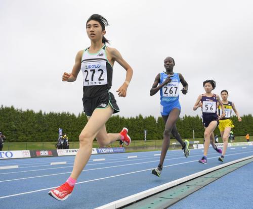 女子3000メートル 力走する田中希実(左)(代表撮影)