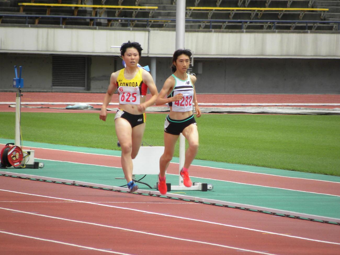 兵庫選手権の女子800メートル3組で力走する田中希実(右)(撮影・松本航)