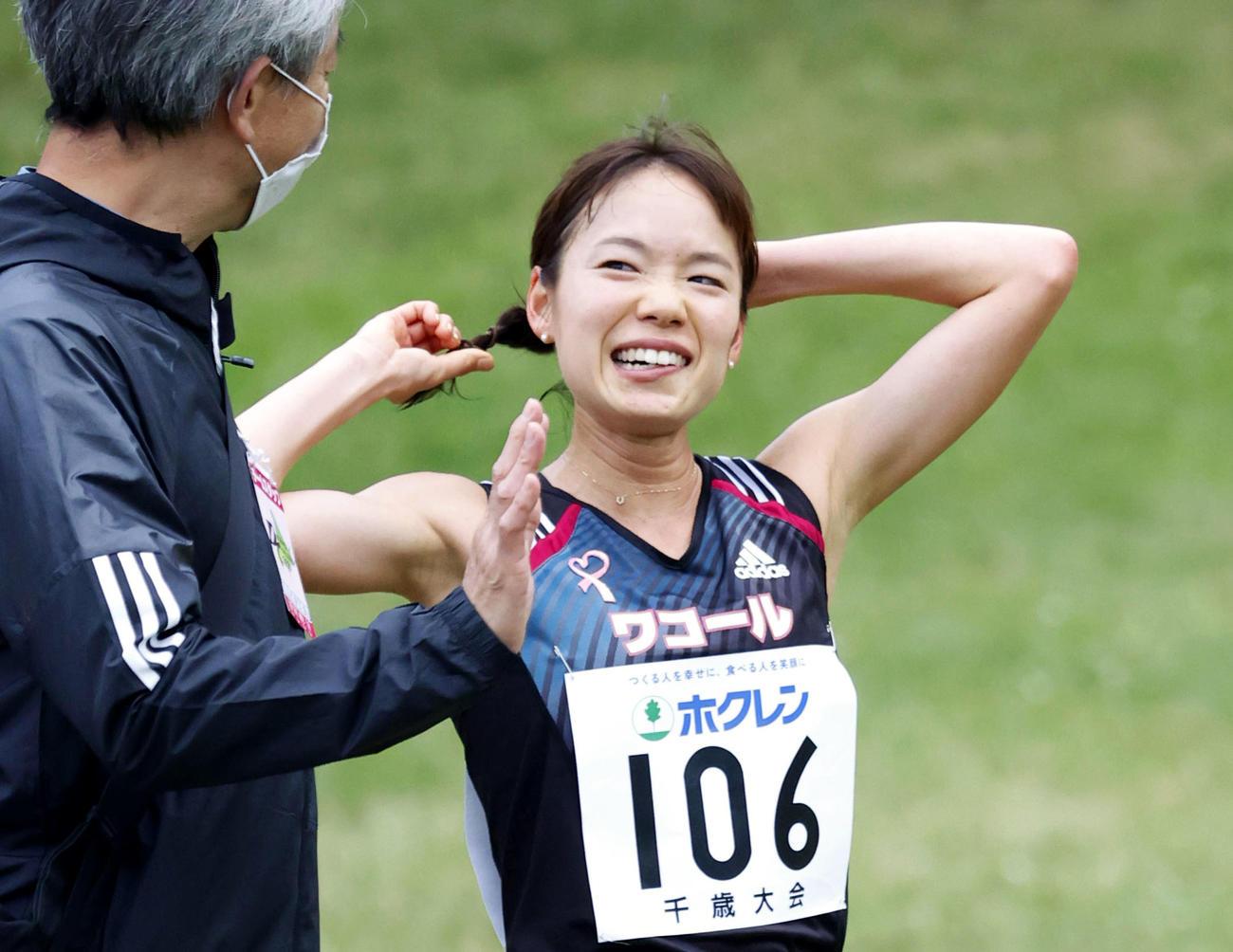 女子5000メートルA組 ゴール後に笑顔を見せる一山麻緒