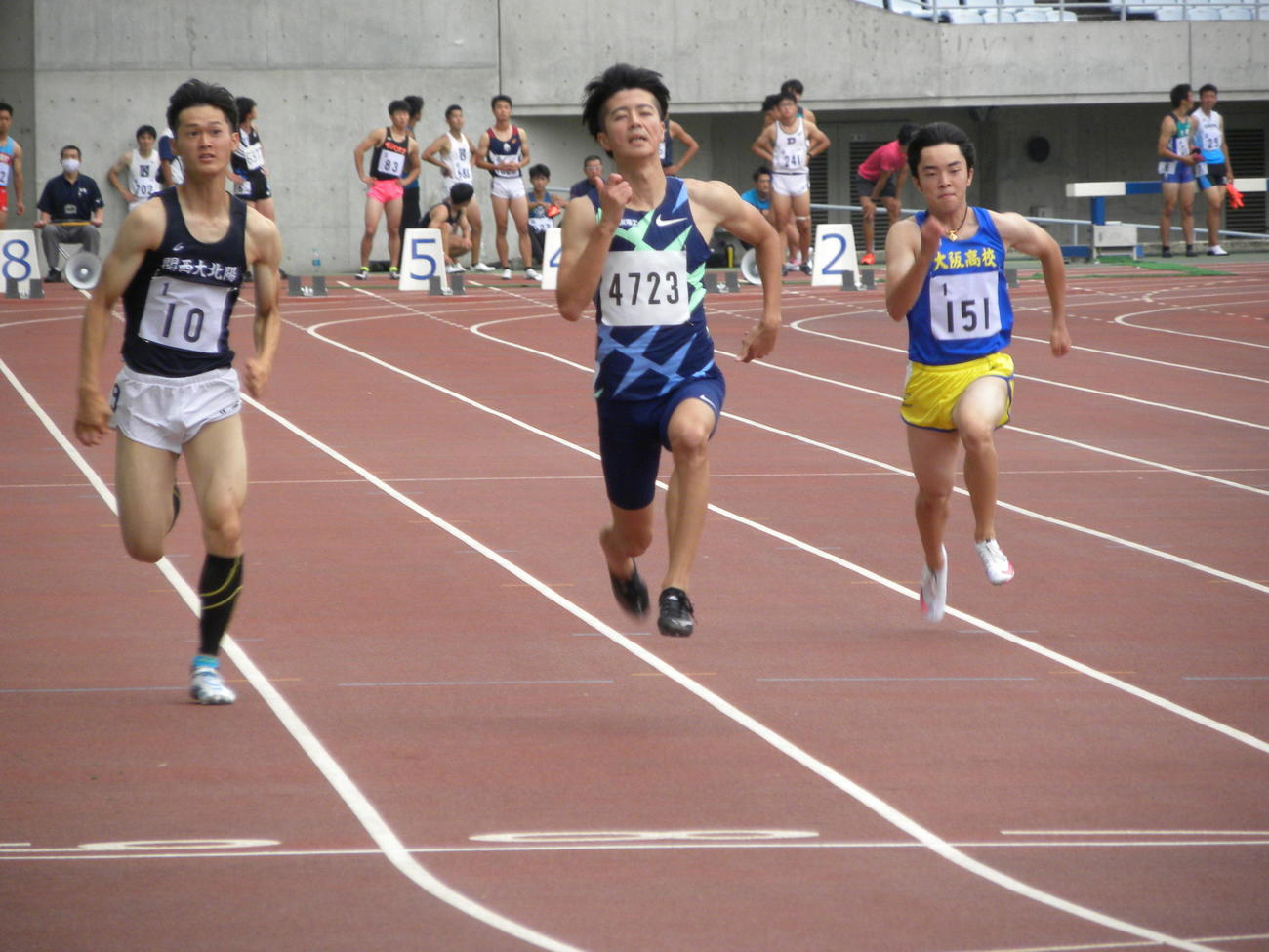陸上の大阪選手権男子100メートル予選で力走する多田修平(中央)(撮影・松本航)